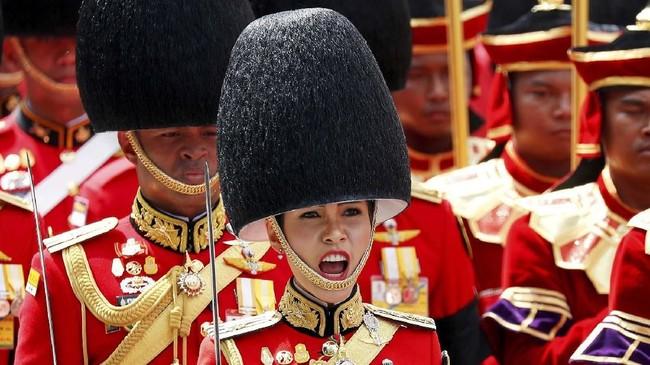 Serangkaian foto yang belum pernah dirilis sebelumnya itu memperlihatkan aktivitas Sineenat ketika aktif sebagai komandan pasukan khusus pengawal raja di angkatan bersenjata Thailand, Royal Guards. (REUTERS/Damir Sagolj)