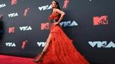 Di VMA 2019, Halsey memilih untuk menggunakan gaun bergaya bohemian rancangan Dundas. (Johannes EISELE / AFP)