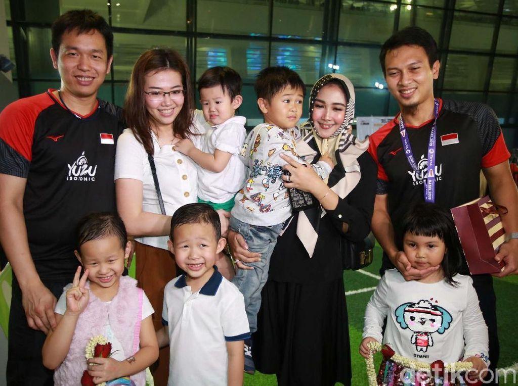 Hendra/Ahsan berfoto bersama keluarga mereka.