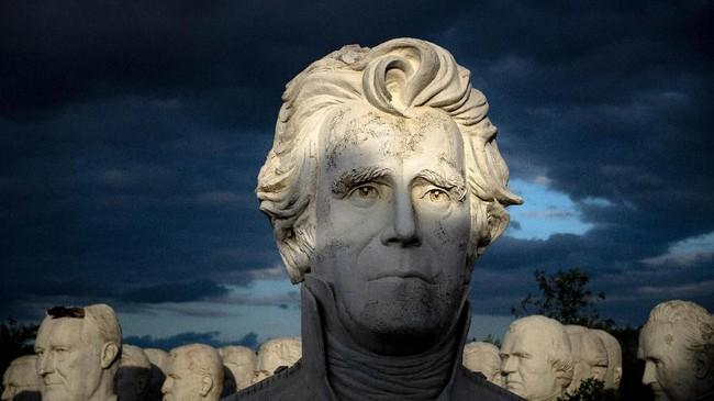 Kini, patung-patung tersebut diam dalam padang rumput dan menjadi objek memorabilia terbaru di daerah itu. (Brendan Smialowski / AFP)