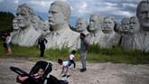 Adickes dan Newman membangun taman patung ini karena terinspirasi dengan ukiran raksasa wajah empat presiden Amerika Serikat di Gunung Rushmore, Dakota. (Brendan Smialowski / AFP)
