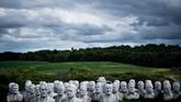 Sebanyak 43 patung kepala Presiden Amerika Serikat diam membisu di tengah padang rumput di Croaker, Virginia, Amerika Serikat dan mampu menarik pengunjung dari pengendara yang lalu-lalang. (Brendan Smialowski / AFP)