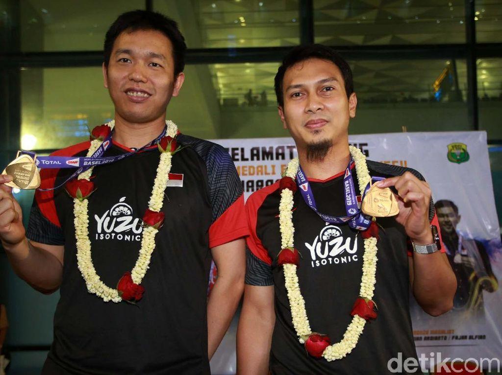 Keberhasilan Hendra Setiawan/Mohammad Ahsan meraih medali emas di Kejuaraan Dunia Bulutangkis di Basel, Swiss, mendapatkan apresiasi tinggi. Mereka disambut setibanya di tanah air.