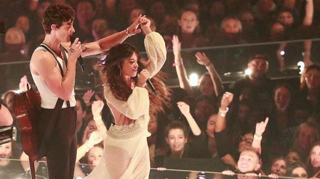 Salah satu penampilan yang panas di MTV VMA 2019 datang dari Shawn Mendes dan Camila Cabello melalui 'Senorita'. (REUTERS/Lucas Jackson)