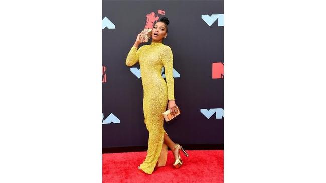 Keke Palmer memiih memakai gaun body contour seksi berwarna kuning cerah rancangan dari desainer Yousef Aljasmi (REUTERS/Caitlin Ochs).