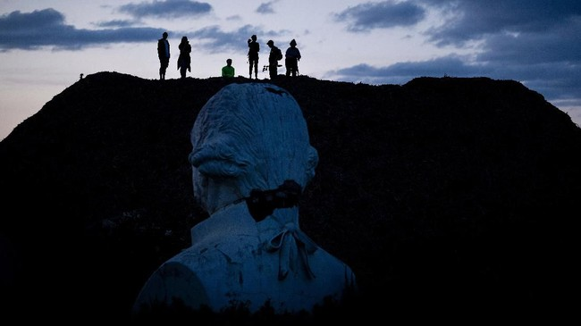 Hingga kemudian Hankins datang ke taman tersebut karena dilelang. Newman sempat meminta patung-patung tersebut dihancurkan. Namun Hankins malah memindahkan patung-patung itu ke lahannya. (by Brendan Smialowski / AFP)