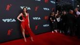 Hailee Steinfeld memilih memakai gaun merah merona. Pesona seksinya diberikan dengan sentuhan gaun yang menerawang. (REUTERS/Caitlin Ochs)