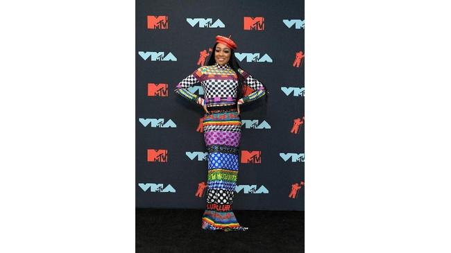 Sama seperti Justina Valentine, Monica juga bergaya bak spanduk label warna-warni dan juga bergaya bohemian (Roy Rochlin/Getty Images for MTV/AFP)