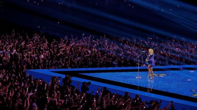 Tahun ini, Taylor Swift dan Ariana Grande mendominasi dengan masing-masing 10 nominasi. Taylor Swift pun membuka MTV VMA 2019 dengan 'Lover' dan 'You Need to Calm Down'.(REUTERS/Lucas Jackson)