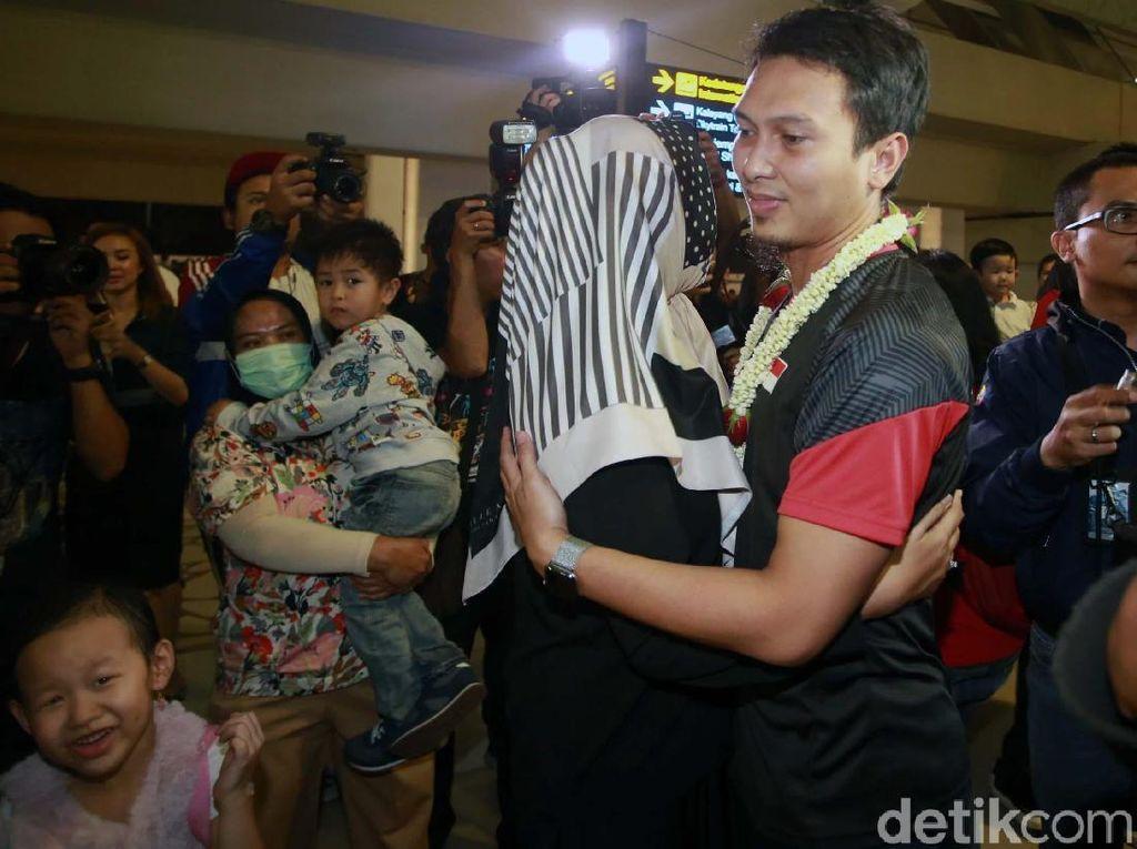 Istri Ahsan, Christine Novitania turut menyambut suaminya.