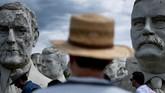 Patung-patung tersebut, mulai dari era Washington hingga George W Bush berkumpul dan berbaris menghadap jalanan, menatap dalam diam. (Brendan Smialowski / AFP)