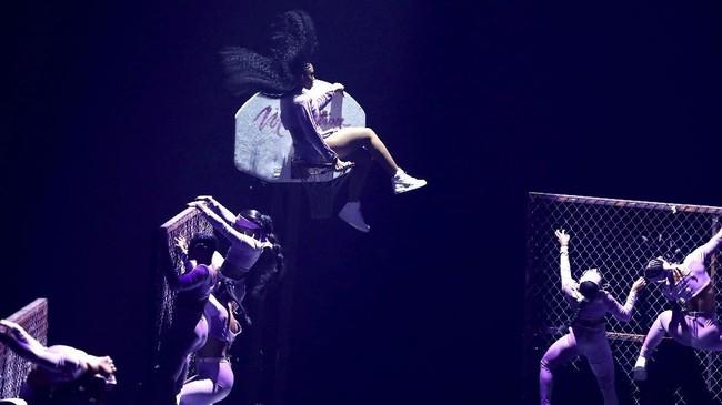 Normanijuga memamerkan lagu barunya, 'Motivation' di atas panggung MTV VMA 2019.(Matt Sayles/Invision/AP)
