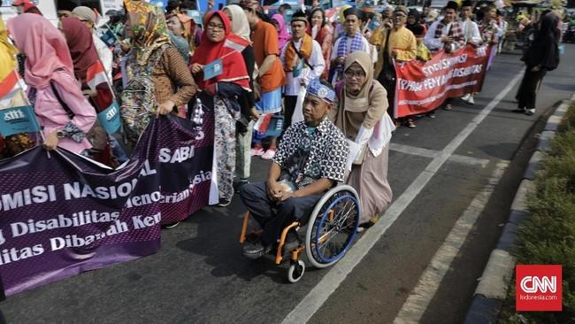 Mereka mengenakan kostum adat dari berbagai daerah. Ada yang mengenakan baju adat Jawa, Betawi, Padang, Batak, dan daerah lainnya. (CNN Indonesia/Adhi Wicaksono)