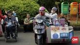 Sejumlah penyandang disabilitas mengikuti pawai budaya di Jakarta Pusat, Selasa (27/8), dalam rangka menyambut HUT ke-74 Kemerdekaan RI. (CNN Indonesia/Adhi Wicaksono)