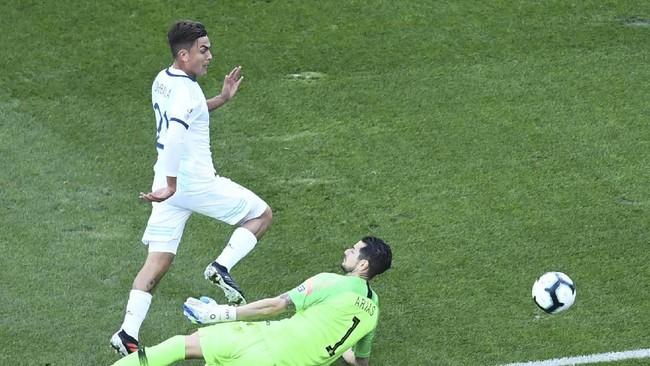 Nama Paulo Dybala bisa jadi kejutan di saat akhir bursa transfer sebagai pemain yang bakal ditukar untuk mendapatkan Neymar. (Photo by EVARISTO SA / AFP)