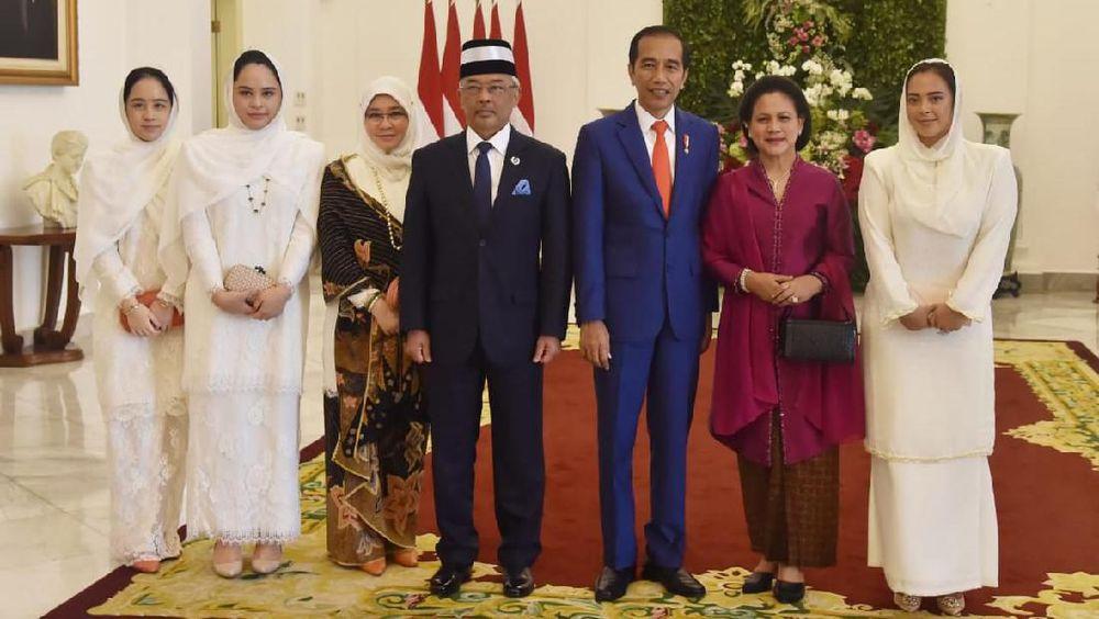 Jokowi berharap kunjungan Sultan Abdullah mempererat hubungan antara Indonesia dan Malaysia.