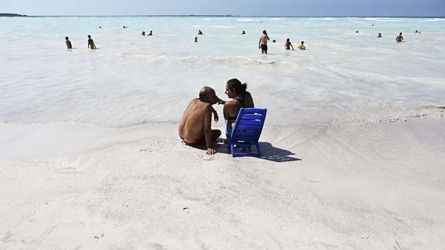 Larangan berenang tetap ada di area tertentu pantai ini, tetapi itu karena kehadiran arus kuat yang dapat menenggelamkan turis. (Vincenzo PINTO / AFP)