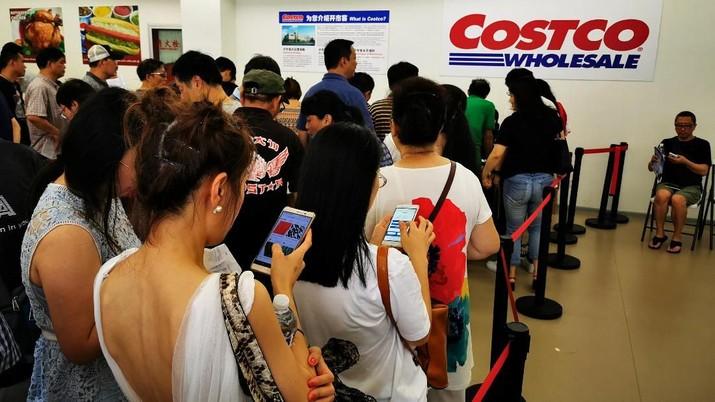 Toko Costco pertama di China ini sangat populer sehingga harus tutup lebih awal pada hari pertama karena terlalu banyak pembeli.
