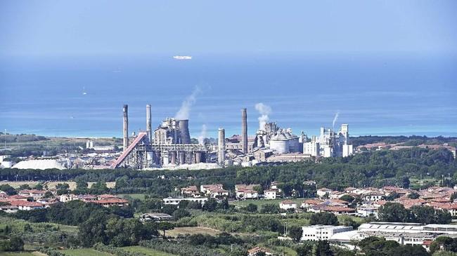 Bangunan pabrik kimia Solvay di Tuscany, Italia. (Vincenzo PINTO / AFP)