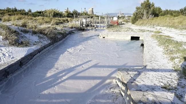 Banyak yang menyadari bahwa pantai surga itu berada dekat pabrik kimia. Sejak lama terjadi kekhawatirkan akan limbah kimia dari pabrik yang mencemari Pantai Rosignano Solvay. (Vincenzo PINTO / AFP)