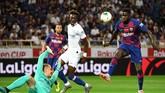 Nama Samuel Umtiti juga sempat jadi salah satu pemain yang ditawarkan Barcelona ke PSG. (Photo by Toshifumi KITAMURA / AFP)