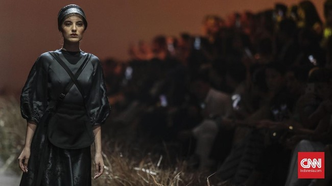 Hian Tjen mengadaptasi warna-warna The Amish yang serba 'plain' seperti broken white, krem, abu-abu, hijau lumut dan nude.(CNN Indonesia/Bisma Septalisma)