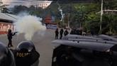 Petugas kepolisian melepaskan tembakan gas air mata untuk menghalau dan mencerai beraikan massa yang melakukan kerusuhan di Jayapura. (ANTARA FOTO/Indrayadi TH)