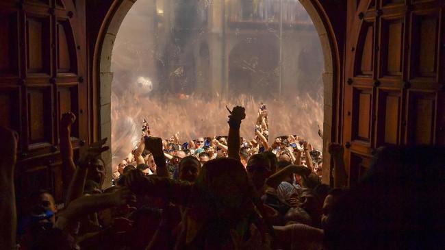 Di akhir perayaan Cipotegato, para peserta coba memasuki balai kota di suatu desa kecil di Tarazona, Spanyol bagian utara. (AP Photo/Alvaro Barrientos)