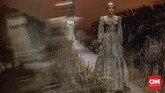 Hian Tjen menyematkan detail yang kaya seperti emboridery (bordir), quilting (teknik penyatuan potongan kain), beadings (manik-manik), pleats (lipit), dan cross-stitch (tusuk silang atau kruistik).(CNN Indonesia/Bisma Septalisma)