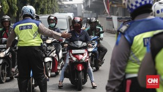 Polisi Gendong Penumpang Serangan Jantung ke RS Harapan Kita