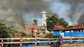 Asap membubung ke langit dari sejumlah bangunan yang terbakar saatterjadi kerusuhan di Jayapura. (ANTARA FOTO/Indrayadi TH)