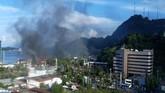 Dalam kerusuhan itu massa membakar sejumlah kantor milik pemerintah dan fasilitas milik pemerintah. Salah satunya Kantor Pos dan Kantor Telkom. (ANTARA FOTO/Dian Kandipi)