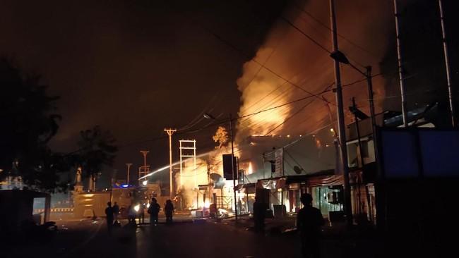Kerusuhan yang terjadi sejak siang hari berlangsung hingga menjelang malam. Belum ada keterangan resmi dan lengkap dari pemerintah atas kerusuhan di Jayapura hari ini. (ANTARA FOTO/Indrayadi TH)
