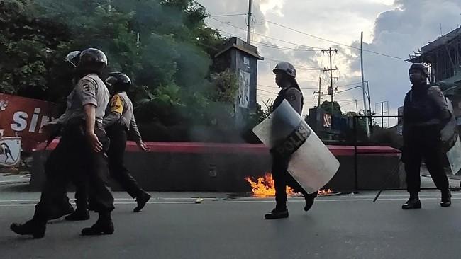 Petugas kepolisian berjaga saat aksi unjuk rasa berujung kerusuhan di Jayapura, Papua, Kamis (29/8). (ANTARA FOTO/Indrayadi TH)