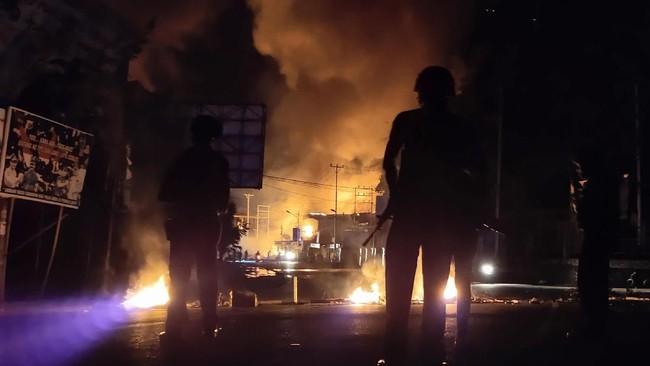 Kerusuhan di Jayapura menambah daftar kota-kota di Papua dan Papua Barat yang dilanda kerusuhan akibat unjuk rasa. Sebelumnya kerusuhan juga terjadi di Manokwari, Sorong, dan Fakfak. (ANTARA FOTO/Indrayadi TH)