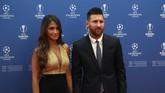 Kapten Barcelona Lionel Messi hadir di Grimaldi Forum bersama sang istri, Antonella Roccuzzo. (AP Photo/Daniel Cole)