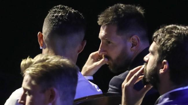 Lionel Messi berbicara dengan Cristiano Ronaldo jelang acara penghargaan Pemain Terbaik Eropa 2019. Kedua pemain saling memberikan pujian. (Valery HACHE / AFP)