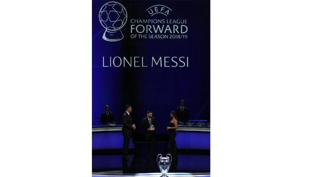 Lionel Messi ketika menerima penghargaan penyerang terbaik Liga Champions 2018/2019. Cristiano Ronaldo gagal mendapat penghargaan setelah gelar Pemain Terbaik Eropa 2019 direbut Virgil van Dijk. (Valery HACHE / AFP)