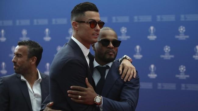 Cristiano Ronaldo bertemu dengan mantan rekan setimnya di Manchester United, Patrice Evra, saat tiba di Grimaldi Forum. (AP Photo/Daniel Cole)