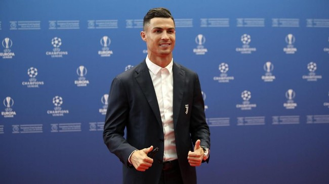 Penyerang Juventus Cristiano Ronaldo berpose di hadapan para fotografer yang hadir di Grimaldi Forum. Ronaldo hadir tidak bersama sang kekasih, Georgina Rodriguez. (AP Photo/Daniel Cole)