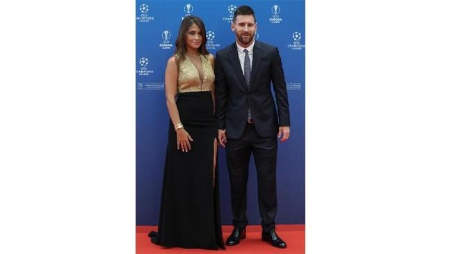 Lionel Messi dan Antonella Roccuzzo berpose di depan fotografer di Grimaldi Forum. (Valery HACHE / AFP)