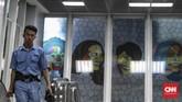 Lukisan yang dipajang bukan hanya gambar imajinasi sang pembuat, tetapi juga potret sejumlah tokoh.(CNN Indonesia/Bisma Septalisma)