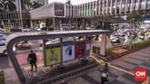 Beragam karya lukisan ini terpajang di halte bus yang melayani Transjakarta dan umum. (CNN Indonesia/Bisma Septalisma)