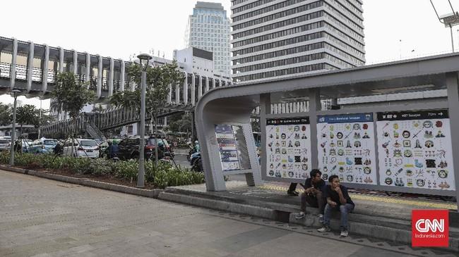 Lukisan di halte bus di Jakarta ini diharapkan mampu menjadi sarana hiburan bagi penduduk Jakarta yang sibuk berkutat dengan waktu dan kemacetan. (CNN Indonesia/Bisma Septalisma)