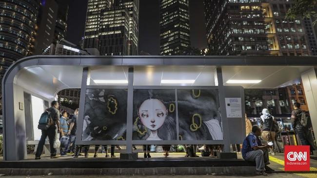 Pemprov DKI Jakarta mengadakan Jakarta Art Week 2019 dengan tema Perempuan Bicara Seni yang diikuti 10 seniman perempuan yang dipajang di sejumlah halte dan stasiun MRT sepanjang Jalan Sudirman. (CNN Indonesia/Bisma Septalisma)