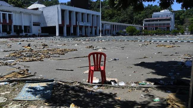 Kondisi halaman Kantor Gubernur Papua pascaunjuk rasa warga di Jayapura, Papua, Sabtu (31/8). Ratusan siswa sekolah dasar juga dikerahkan untuk membersihkan kota dari sisa-sisa kerusuhan. (ANTARA FOTO/Zabur Karuru).