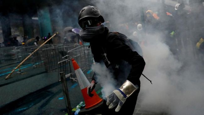 Polisi Hong Kong Halau Massa ke Bandara dengan Gas Air Mata