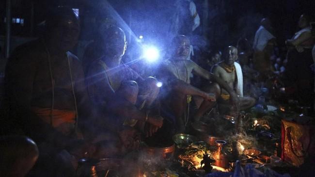 Bagi keluarga yang sudah tak memiliki ayah karena sudah meninggal, maka mereka akan mengunjungi kuil dan berdoa. (AP Photo/Niranjan Shrestha)