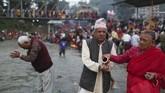 Rumput suci ini dipercaya akan memberikan keberkahan dan kesejahteraan bagi seluruh anggota keluarga. (AP Photo/Niranjan Shrestha)