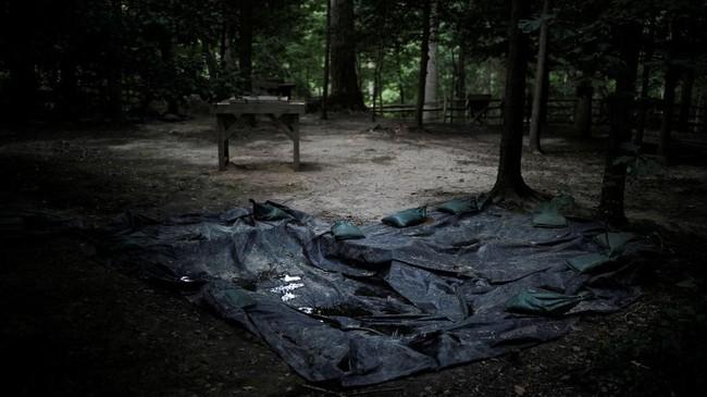 Lembaran plastik terlihat pada suatu area di Mount Vernon, rumah dari George Washington, yang diyakini masih menyimpan peninggalan para budak. (REUTERS/Carlos Barria)